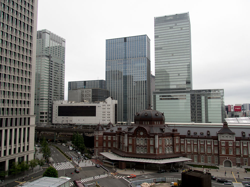 Ein kleiner Teil der Tokyo Station mit Skyline