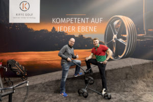 Kiffe Golf übergibt Trolley an Rookie of the year